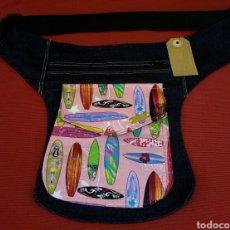 Artesanía: BONITA Y ÚNICA RIÑONERA BANDOLERA TABLAS SURF EN TELA VAQUERA. Lote 156734905