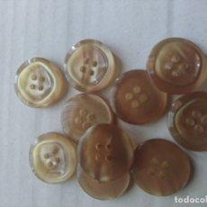 Artesanía: 12 BOTONES TONO MIEL. Lote 175019469