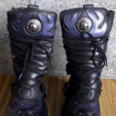 Artesanía: BOTAS DE CUERO CON METALES NEW ROCK Nº 41 - DE COLOR NEGRO CON MORADO - SIN USAR . Lote 188819742