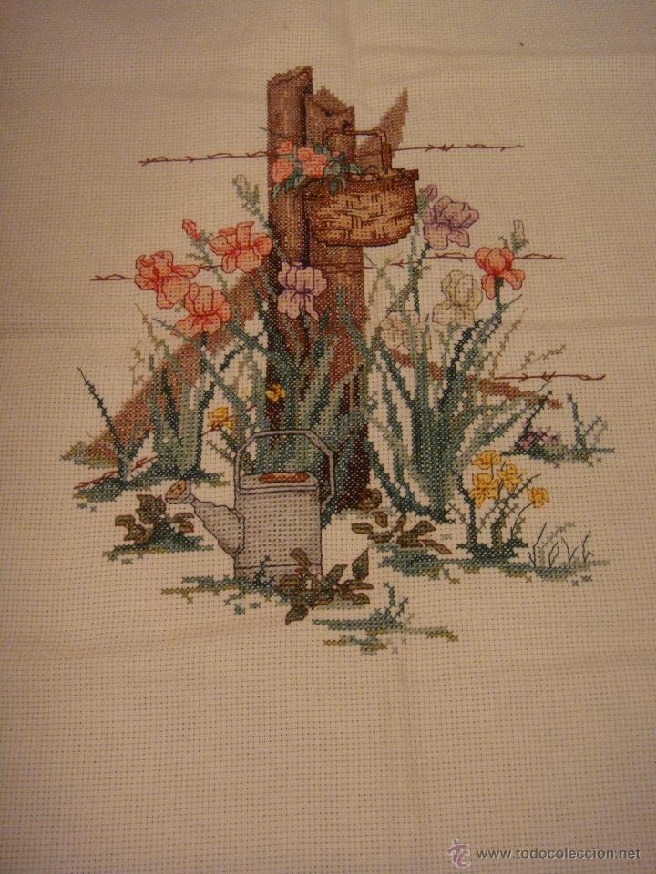 Artesanía: Lienzo de punto de cruz. Hecho a mano. Valla de madera del jardín de una casa con jardinera. - Foto 2 - 39345347