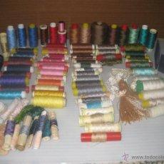 Artesanía: CAJA DE METRAKILATO Y UNAS 100 BOBINAS DE HILOS ANTIGÜOS. Lote 50165048