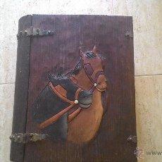 Artesanía: CAJA DE MADERA IMITACION LIBRO CON GRABADO DE CABALLOS. Lote 50198736