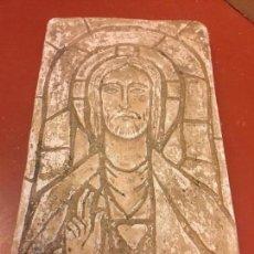 Artesanía: RELIEVE EN YESO, IMAGEN DEL SAGRADO CORAZON DE JESUS, ESTILO GOTICO. PROCEDE DE OLOT. FIRMADA. Lote 95342147