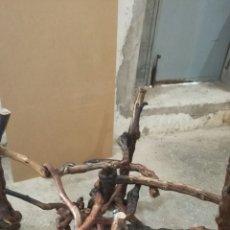 Artesanía: MESA ECHA DE CEPASMUY BONITA PARA PONER UN CRISTAL. Lote 146112112