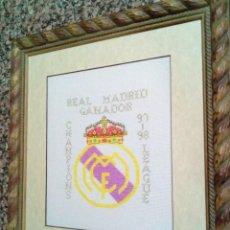 Artesanía: CUADRO DEL ESCUDO DEL REAL MADRID EN PUNTO DE CRUZ. Lote 158603166