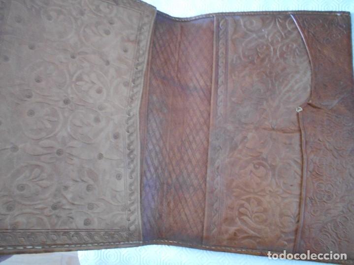 Artesanía: PORTA DOCUMENTOS DE CUERO HECHO A MANO. 25 X 35 CMS. 550 GRAMOS. - Foto 2 - 177775067