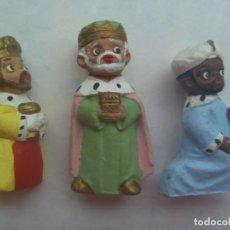 Artesanía: LOTE DE 3 FIGURAS DE TERRACOTA DEL BELEN PINTADAS A MANO: REYES MAGOS .... DE ALBOROX. Lote 194529441