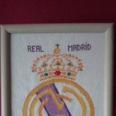 Artesanía: ESCUDO REAL MADRID EN PUNTO CRUZ. Lote 196096116