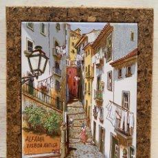 Artesanía: BONITO AZULEJO DE 15 X 20 CM, DEL BARRIO DE ALFAMA, LISBOA (PORTUGAL), ENMARCADO EN CORCHO.. Lote 251880840