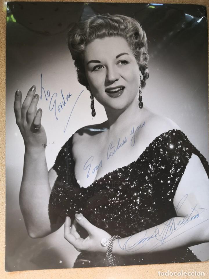 FOTOGRAFÍA DE ANNE SHELTON PARA GORDON. FIRMADA AUTÓGRAFO. MEDIDA 25X19. ASSOCIATED REDIFFUSION LTD (Música - Autógrafos de Cantantes )