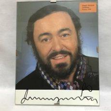 Autógrafos de Música : LUCIANO PAVAROTTI, FOTOGRAFÍA CON ATOGRAFO ORIGINAL 1990. Lote 207111791
