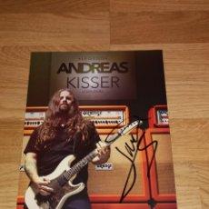 Autógrafos de Música : ANDREAS KISSER PROMO DISPLAY SPAIN SIGNED-FIRMADO IN 2012, 29X20 CM-SEPULTURA-IRON MAIDEN. Lote 155180086