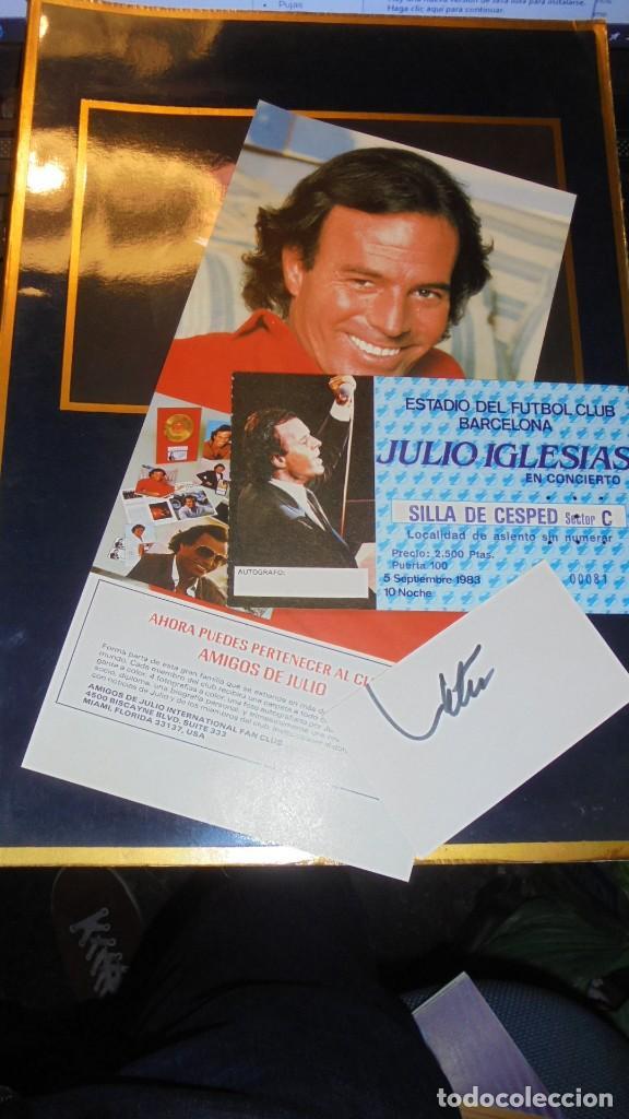 JULIO IGLESIAS , CARTULINA CON SU AUTOGRAFO ORIGINAL A TINTA + ENTRADA CONCIERTO + PROGRAMA + TARJET (Música - Autógrafos de Cantantes )