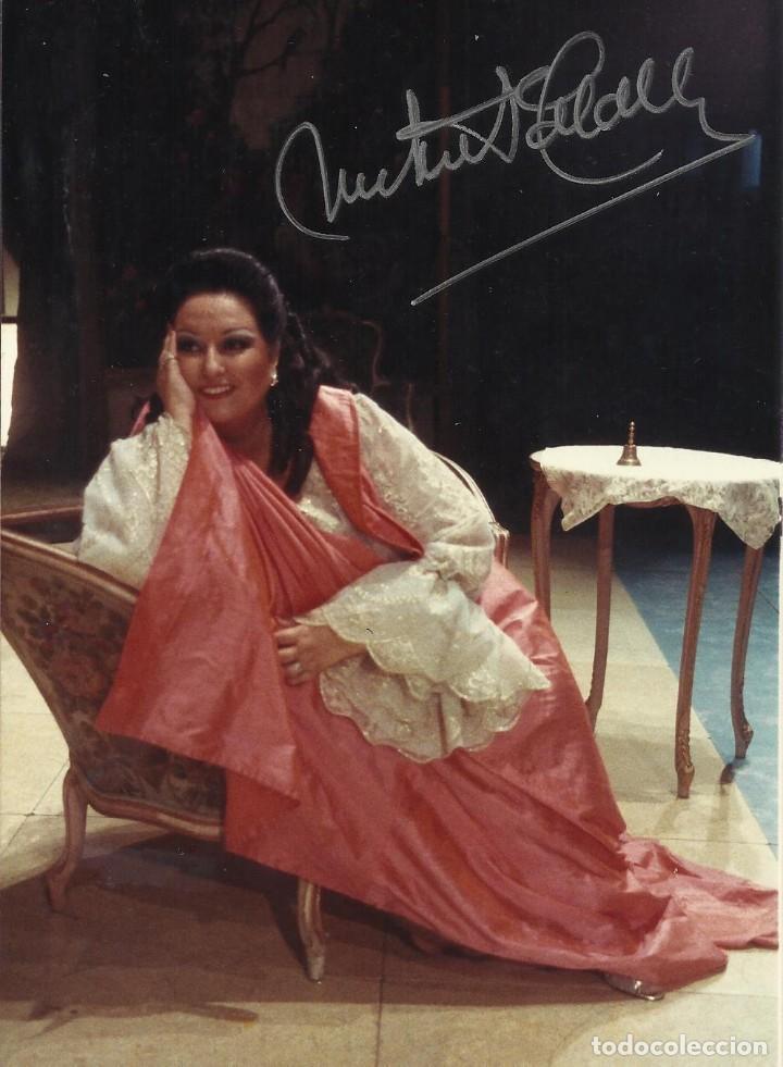 MONTSERRAT CABALLÉ. FOTOGRAFÍA CON AUTÓGRAFO, FIRMA. 1984. ROSENKAVALIER. BARCELONA. 17X11 CM. (Música - Autógrafos de Cantantes )