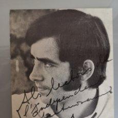 Autógrafos de Música : POSTAL FIRMADA JOAN MANUEL SERRAT 16X13CM AÑOS 60'. Lote 190290087