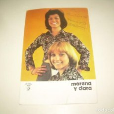 Autógrafos de Música: FIRMA MORENA Y CLARA, TARJETA DEDIDADA FIRMADA AUTOGRAFO CANTANTE GRUPO MÚSICA. Lote 218199025
