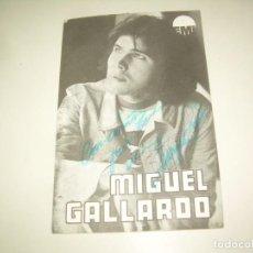 Autógrafos de Música: FIRMA MIGUEL GALLARDO, TARJETA DISCOGRAFIA 1975 DEDIDADA FIRMADA AUTOGRAFO CANTANTE MÚSICA. Lote 218200657