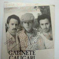 Autographes de Musique : GABINETE CALIGARI. FOTO POSTAL FIRMADA POR EL GRUPO. CAMINO A SORIA.. Lote 240679070