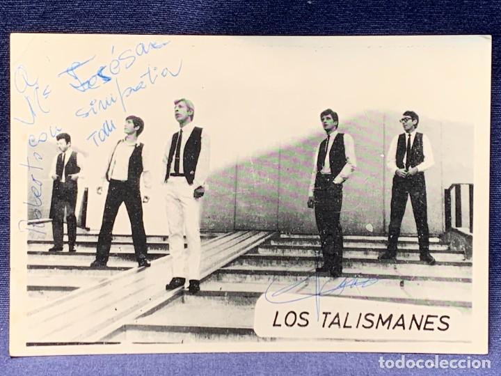 POSTAL FOTO PROMOCIONAL LOS TALISMANES DEDICATORIA FIRMAS GRUPO AÑOS 60 POP ESPAÑOL 11X16CMS (Música - Autógrafos de Cantantes )