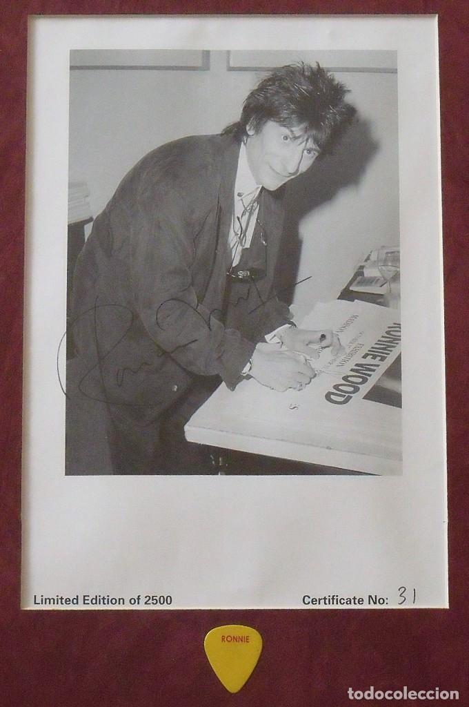 Autógrafos de Música : Ron Wood. Autógrafo, autograph, firma. Certicado Nº 31. Con púa. Enmarcado. Edición limitada de 2500 - Foto 2 - 268738064