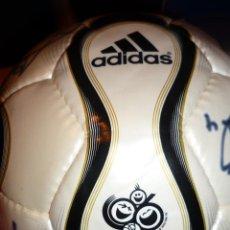 Coleccionismo deportivo: BALON DE FUTBOL FIRMADO POR LOS JUGADORES DEL REAL BETIS AÑO 2006 ADIDAS. Lote 42378111