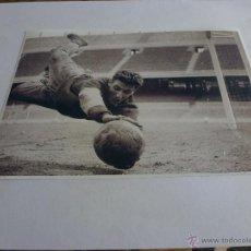 Coleccionismo deportivo: FOTO SADURNI CAMP NOU 1965 F.C.BARCELONA(13 X 18CM)BARÇA-CON SU FIRMA ORIGINAL-FOTOS. Lote 43605561