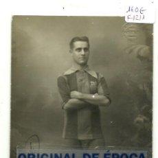 Coleccionismo deportivo: (F-1211)FOTOGRAFIA DEL JUGADOR DE FOOT-BALL F.C.BARCELONA,EDUARD REGUERA DEDICADA A JOSEP SAGALES. Lote 46613895