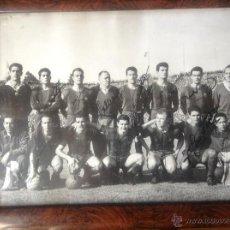 Coleccionismo deportivo: FOTOGRAFÍA FIRMADA ORIGINAL POR LA PLANTILLA DEL F.C. BARCELONA, AÑOS 50 (KUBALA, RAMALLETS...). Lote 49038437