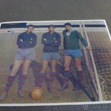 Coleccionismo deportivo: 1965 PESUDO,CÓMAS Y SADURNI,PORTEROS F.C.BARCELONA-FIRMA ORIGINAL SADURNI EN REVERSO(13 X 18 CM). Lote 52297258