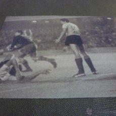 Coleccionismo deportivo: 1966,CAMP NOU,BARÇA-URUGUAY,SADURNI BLOCA-FIRMA ORIGINAL DE SADURNI EN EL REVERSO(13 X 18CM).. Lote 52298619