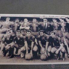 Coleccionismo deportivo: TEMP.60-61CAMP NOU,ALINEACIÓN F.C.BARCELONA-FIRMA ORIGINAL DE SADURNI EN EL REVERSO(9 X 14CM). Lote 52299006