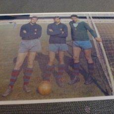 Coleccionismo deportivo: 1963-64 PESUDO,COMAS Y SADURNI PORTEROS F.C.BARCELONA-FIRMA ORIGINAL SADURNI EN REVERSO (9 X 13CM). Lote 52299134