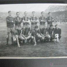 Coleccionismo deportivo: FOTOGRAFIA DE PLANTILLA F.C. BARCELONA CON AUTOGRAFOS EN EL REVERSO - VER FOTOS -(V-3530). Lote 52707311