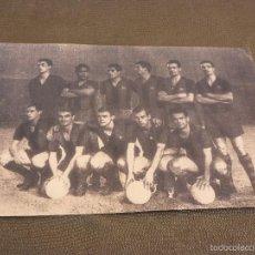 Coleccionismo deportivo: 1963 CAMP NOU ALINEACIÓN BARÇA(12 X 18 CM) FIRMA ORIGINAL SALVADOR SADURNI -FOTOS. Lote 56177122
