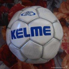 Coleccionismo deportivo: BALON DE FUTBOL AUTOGRAFIADO REAL MADRID KELME // ZIDANE FIRMAS ORIGINALES NO SON SERIGRAFIADAS. Lote 57182245
