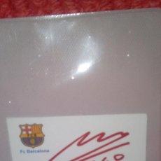 Coleccionismo deportivo: AUTOGRAFO ORIGINAL DE MARADONA EN TARJETA DEL F.C. BARCELONA MIDE: 8 X 5 CMS.. Lote 78487285