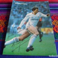 Coleccionismo deportivo: POSTAL EMILIO BUTRAGUEÑO CON AUTÓGRAFO Y DEDICATORIA. REAL MADRID. BUEN ESTADO.. Lote 109344539