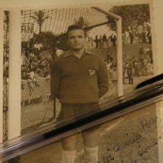 Coleccionismo deportivo: ANTIGUA FOTO FOTOGRAFIA JUGADOR LEVANTE U D AÑOS 50 / 60 FIRMADA Y DEDICADA FOTO IZQUIERDO (18). Lote 110414111