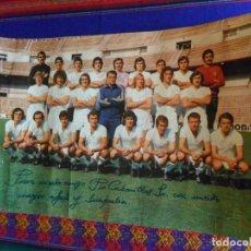 Coleccionismo deportivo: POSTAL 42X30 CMS REAL MADRID 1974 1975 CON AUTÓGRAFO LA PLANTILLA. DE PÍO CABANILLAS MINISTRO FRANCO. Lote 112122423