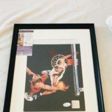 Coleccionismo deportivo: FOTO DE DIKEMBE MUTOMBO FIRMADA CON COA JSA. Lote 115354207