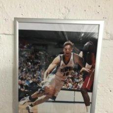 Coleccionismo deportivo: FOTO DE NOVATO (ROOKIE) DE PAU GASOL FIRMADA Y AUTENTIFICADA POR JSA. Lote 115354443