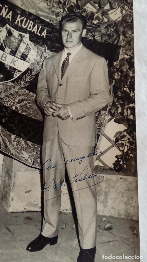Coleccionismo deportivo: RARA FOTO AUTOGRAFO ORIGINAL DE LADISLAO KUBALA DEL F.C.BARCELONA DE 1956, MIDE 24 X 18 CMS - Foto 2 - 117158315
