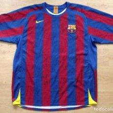 Coleccionismo deportivo: CAMISETA FUTBOL F.C. BARCELONA XAVI 22 AUTÓGRAFOS PLANTILLA 2005-2006 MESSI RONALDINHO, XAVI, DECO,. Lote 135567662