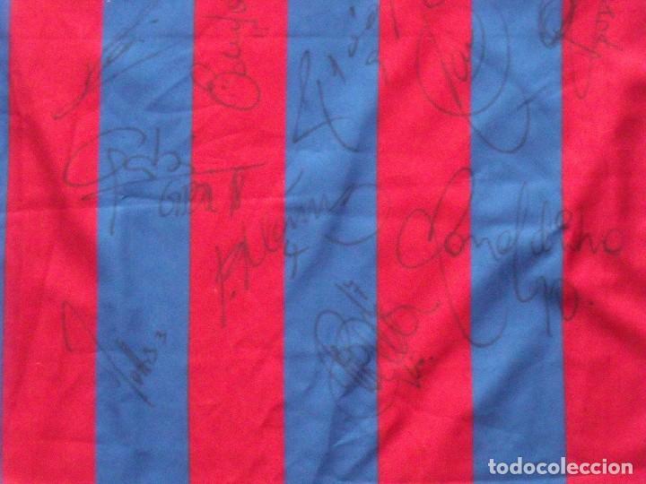 Coleccionismo deportivo: CAMISETA FUTBOL F.C. BARCELONA XAVI 22 AUTÓGRAFOS PLANTILLA 2005-2006 MESSI RONALDINHO, XAVI, DECO, - Foto 4 - 135567662