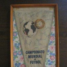 Coleccionismo deportivo: BANDERIN FIRMADO DEL CAMPEONATO MUNDIAL FUTBOL CHILE 1962 - AUTOGRAFOS JUGADORES DE ESPAÑA (V-15032). Lote 136403290