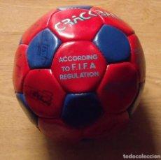 Coleccionismo deportivo: BALÓN FIRMADO JUGADORES. 18 AUTÓGRAFOS DREAM TEAM F. C. BARCELONA 1992-1993 KOEMAN LAUDRUP STOICHKOV. Lote 138146818