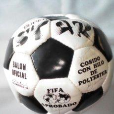 Coleccionismo deportivo: QUINTA DEL BUITRE, BALÓN OFICIAL FIFA FIRMADO, REAL MADRID.(BUTRAGUEÑO, HUGO SANCHEZ, GORDILLO, ETC.. Lote 138556106