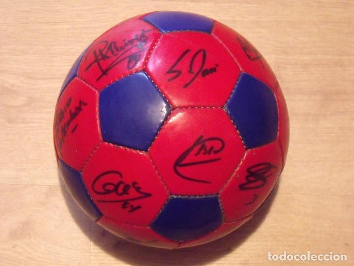 Coleccionismo deportivo: BALÓN FIRMADO F. C. BARCELONA 2001-2002. 18 AUTÓGRAFOS RIVALDO, SAVIOLA, XAVI, PUYOL, LUIS ENRIQUE. - Foto 2 - 140140798