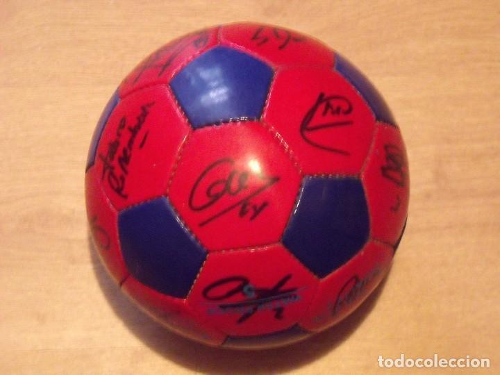Coleccionismo deportivo: BALÓN FIRMADO F. C. BARCELONA 2001-2002. 18 AUTÓGRAFOS RIVALDO, SAVIOLA, XAVI, PUYOL, LUIS ENRIQUE. - Foto 3 - 140140798
