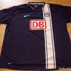 Coleccionismo deportivo: CAMISETA MATCH WORN HERTHA BSC BERLIN. FUTBOL 8 AUTÓGRAFOS. NIKE XXL. OKORONKWO. DB. 2007-2008.. Lote 140497934
